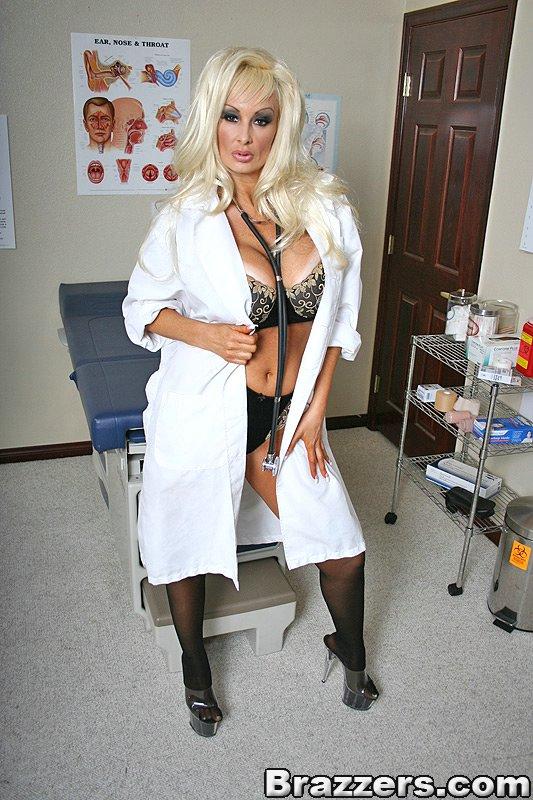 巨乳黑絲女醫生好性感