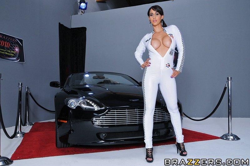Давалочка Isis Love трахаеться у новому авто