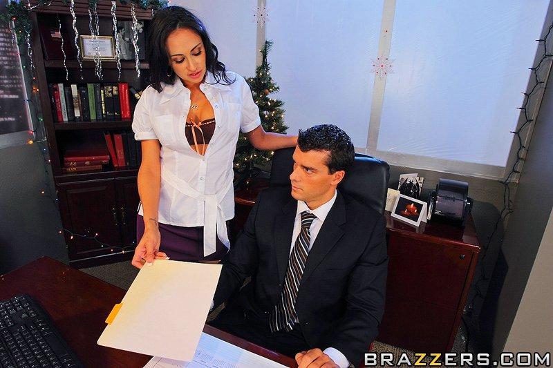 начальница Claudia Valentine соблазняет молодого подчиненного