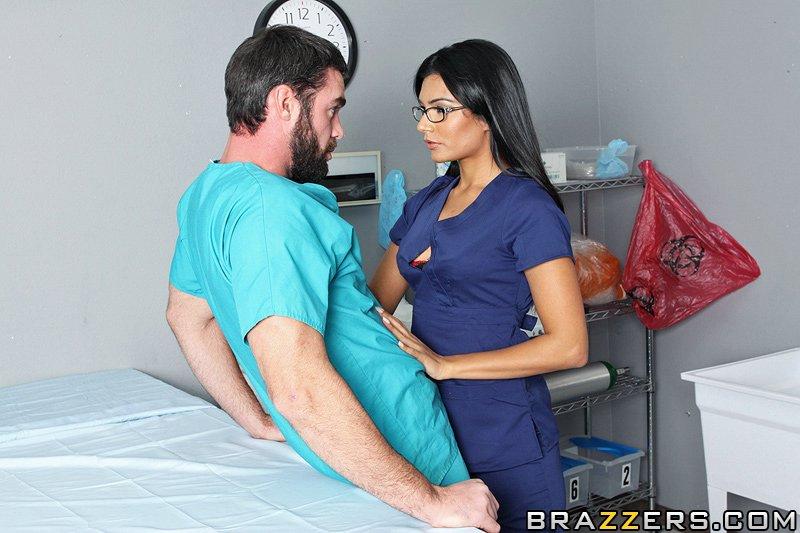 доктор трахнул медсетру Shazia Sahari на операционном столе