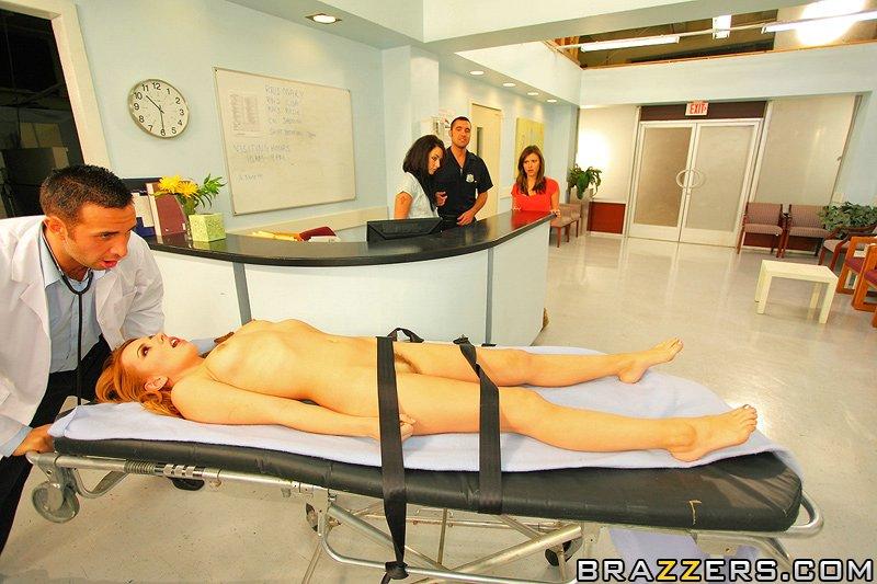 сумасшедшую блядь Lexi Belle трахает доктор