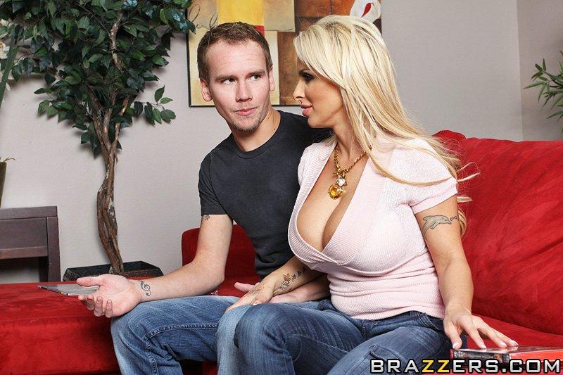 Зрелая мамка Holly Halston хочет секса с молодыи парнем