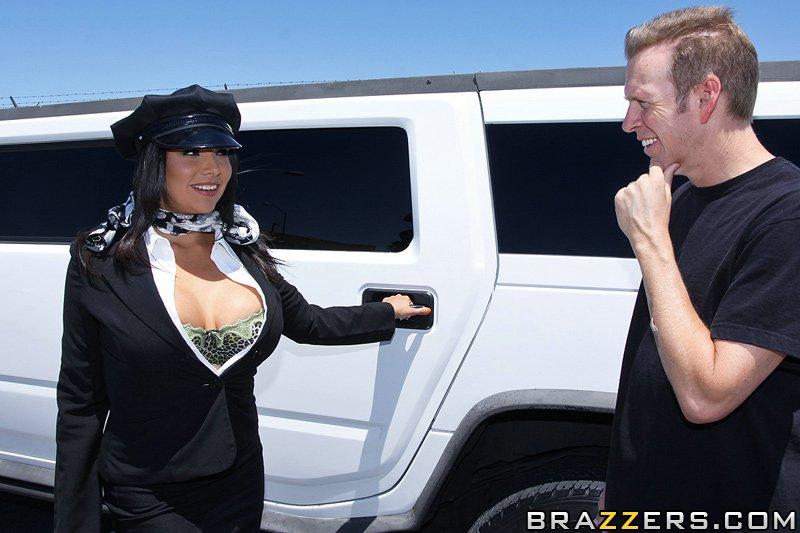 Missy Martinez відсмоктування і секс в машині