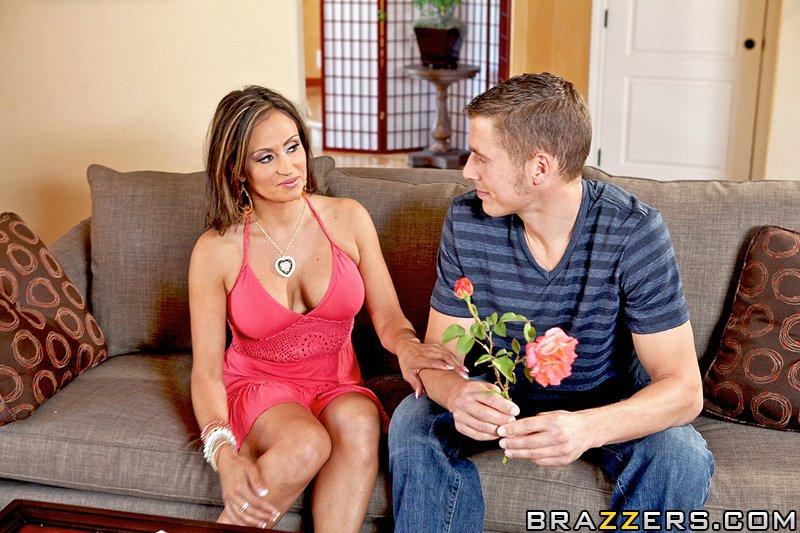 зріла дама Claudia Valentine за квіточку подарувала хлопцю секс і минет