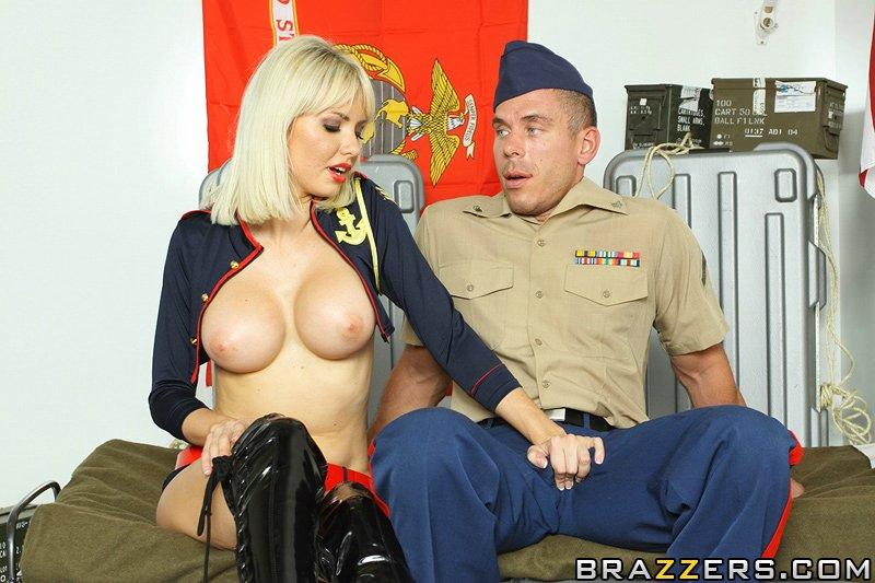 ціцькастая блондинка не відмовила в сексі солдату