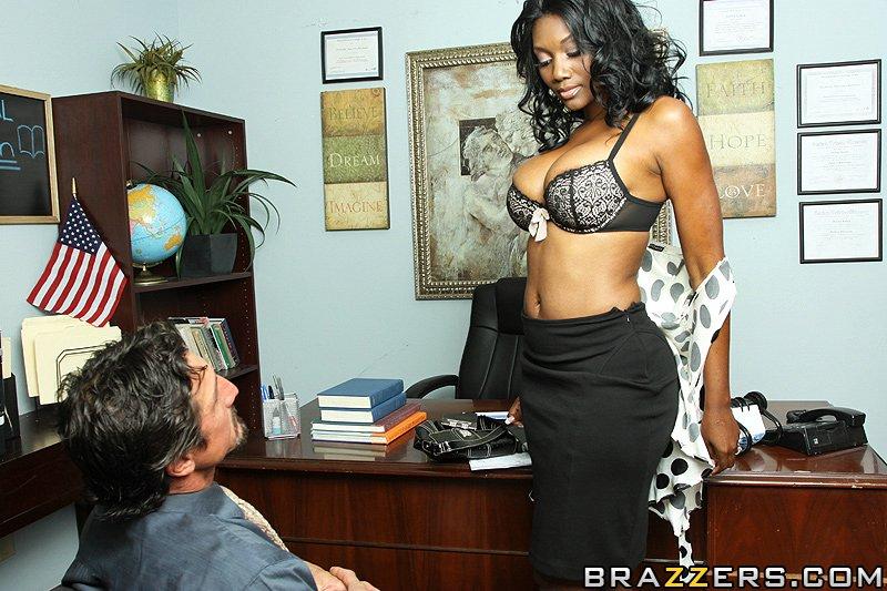 Nyomi Banxx знає як приструнити директора
