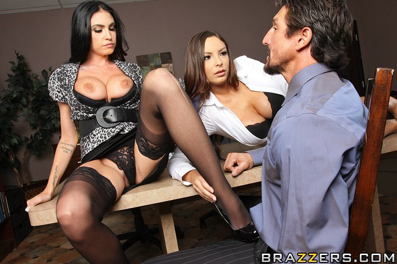 секс з двома цицькастими горячими начальницями