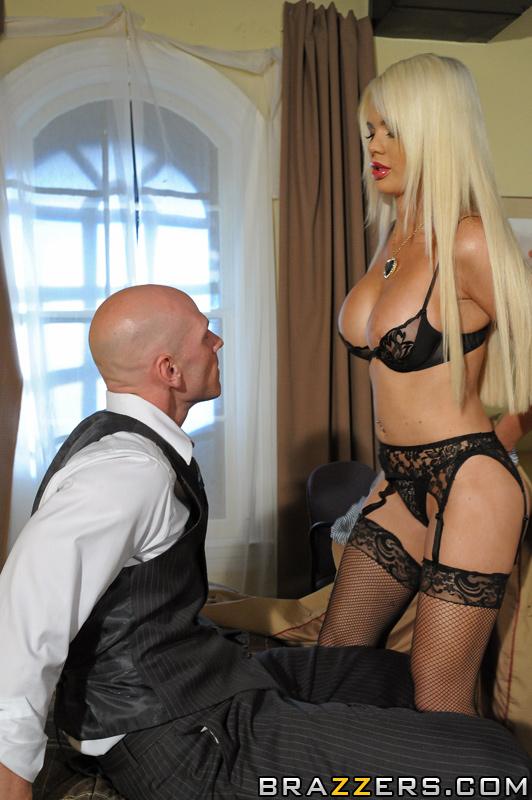 сексуальна блондинка в офісі трахаеться в уніформі