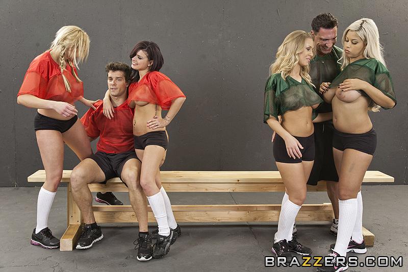 две сексуальные блондинки решили подзадорить капитана команды