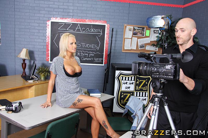 молодых телеведущих трахают перед камерой