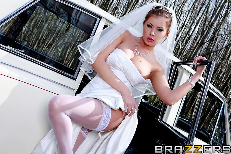 Сек в машине с невестой